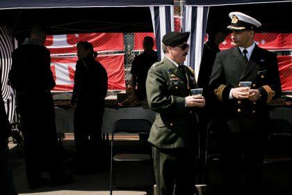 Parade_officerer der snakker_01_16