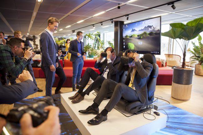 Virtual Reality briller afprøves af to mænd ved 5G Showcase, TDC Group