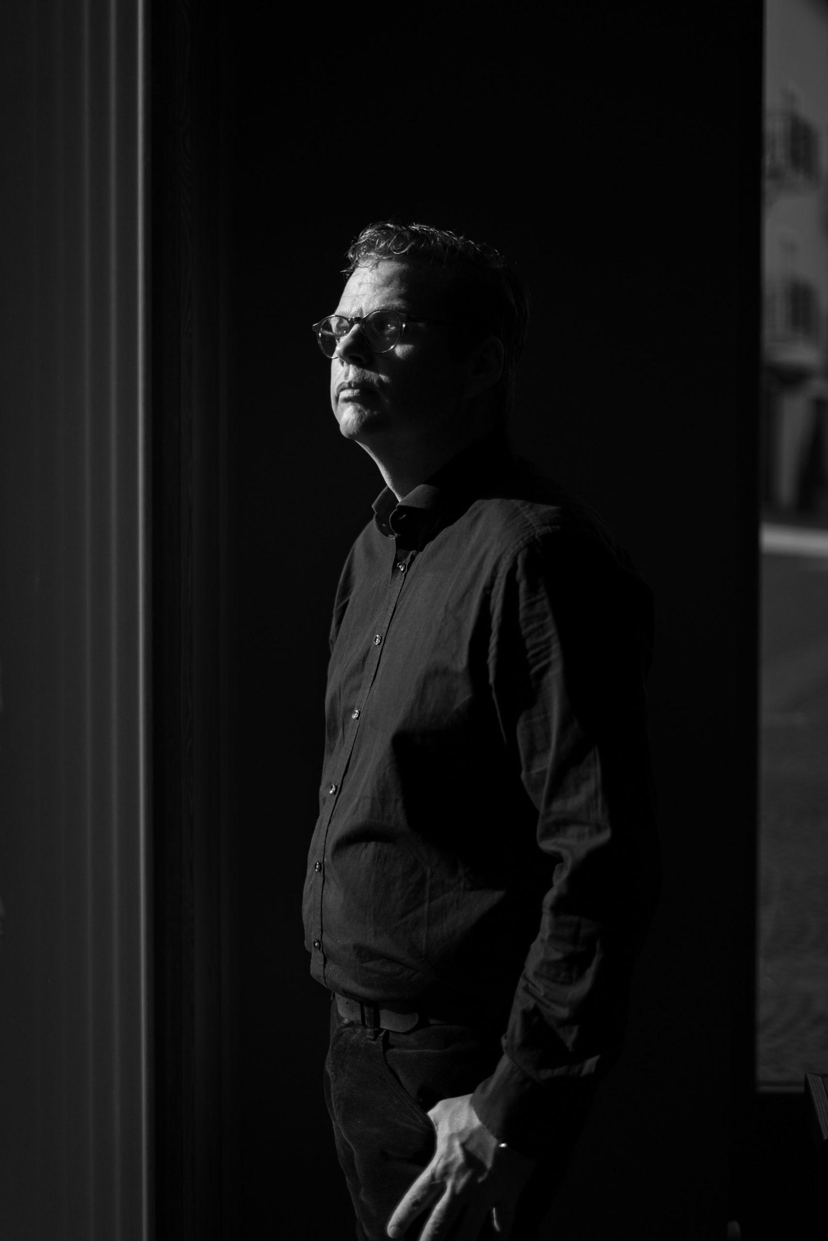 Sort/hvid portræt af Anders Langballe